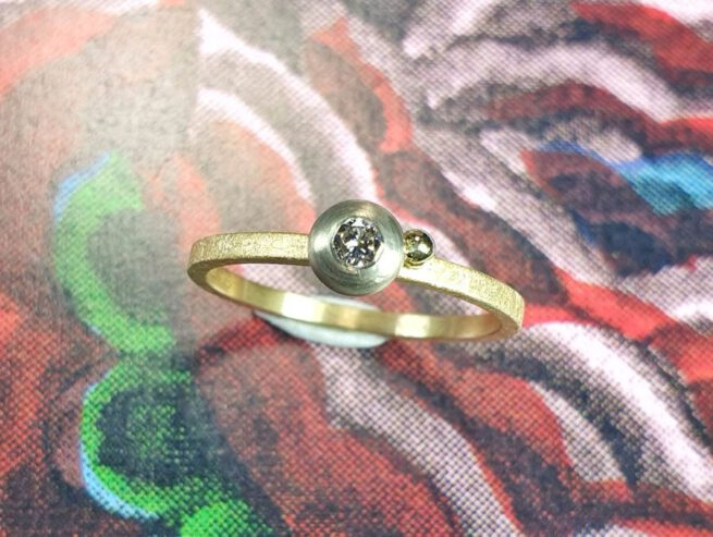Geelgouden Boleet ring met diamant. Design van Oogst goudsmid Amsterdam