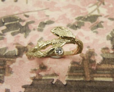 Geelgouden ring Boomgaard. Takje met diamant. Yellow gold ring Orchard, twig with diamond. Oogst goudsmid Amsterdam