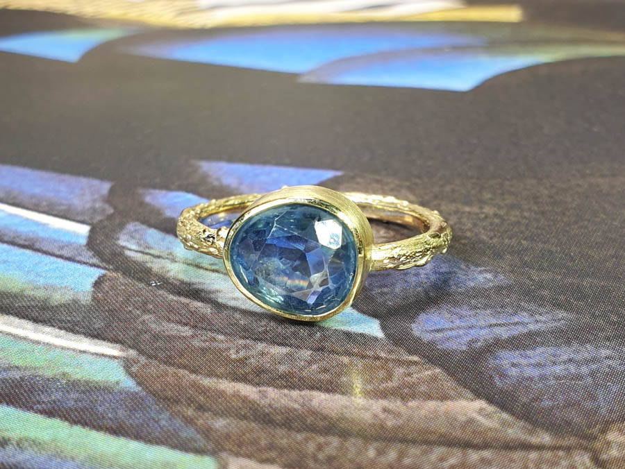 Ring Boomgaard takje met eigen saffier. Orchard ring with own sapphire. Oogst goudsmid Amsterdam. Remembrance jewel. Gedenksieraad.