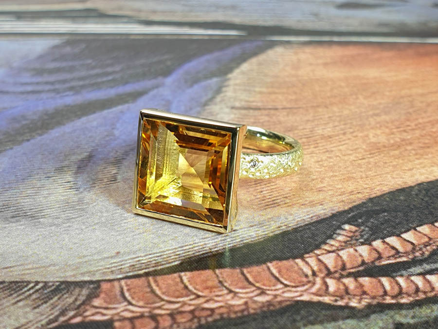 Geelgouden ring Carré met 7,27 ct citrien. Yellow gold ring Carré with a 7,27 ct citrine. Oogst goudsmid Amsterdam.