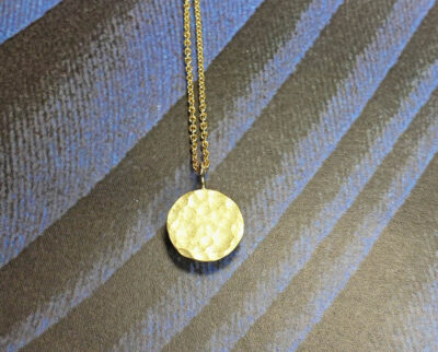 Cirkel assieraad. Geelgouden hanger. Yellow gold pendant Circle. Remembrance jewel. Oogst goudsmid Amsterdam