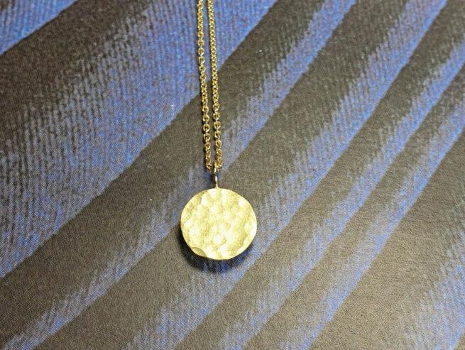 Cirkel assieraad. Geelgouden hanger. Yellow gold pendant Circle. Remembrance jewel. Oogst goudsmid Amsterdam