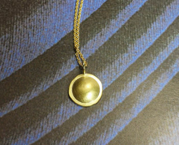 Cirkel assieraad. Geelgouden hanger. Yellow gold pendant Circle. Remembrance jewel. Oogst goudsmid Amsterdam Edelsmid