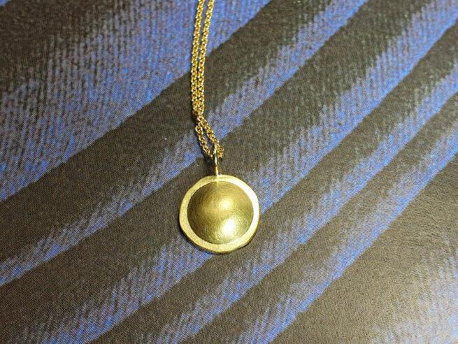 Cirkel assieraad. Geelgouden hanger. Yellow gold pendant Circle. Remembrance jewel. Oogst goudsmid Amsterdam Edelsmid