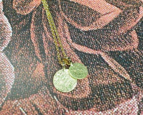 hangers 'Cirkel' Geelgouden cirkel hangers. Gedragen aan een geelgouden collier. Maatwerk cadeau uit het Oogst goudsmid atelier Amsterdam. Yellow gold Circle pendants on a necklace. Custom gift created by the Oogst goldsmiths Amsterdam.