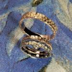 Trouwringen Deining roddgouden ring textuur en witgouden ring textuur. Weddings rings swell rose gold textured ring and white gold textured ring. Oogst goudsmid Amsterdam. Edelsmid. Huwelijksringen