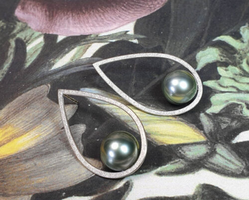 Witgouden oorsieraden Druppels met Tahiti Zuidzee parels. White gold earrings with tahitian South Sea pearls. Oogst goudsmid Amsterdam