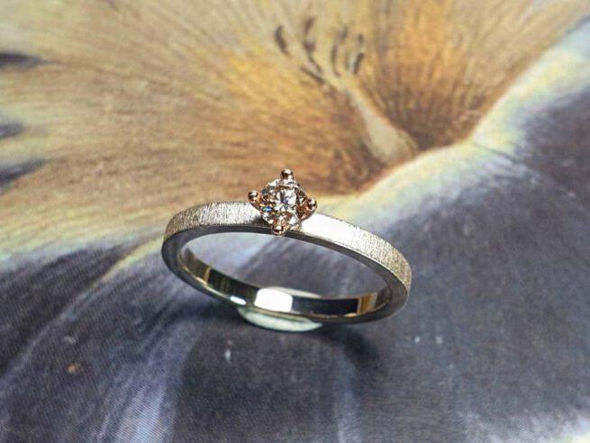 Verlovingsring Eenvoud met bruine diamant. White gold engagement ring Simplicity with a natural brown diamond. Oogst goudsmid Amsterdam