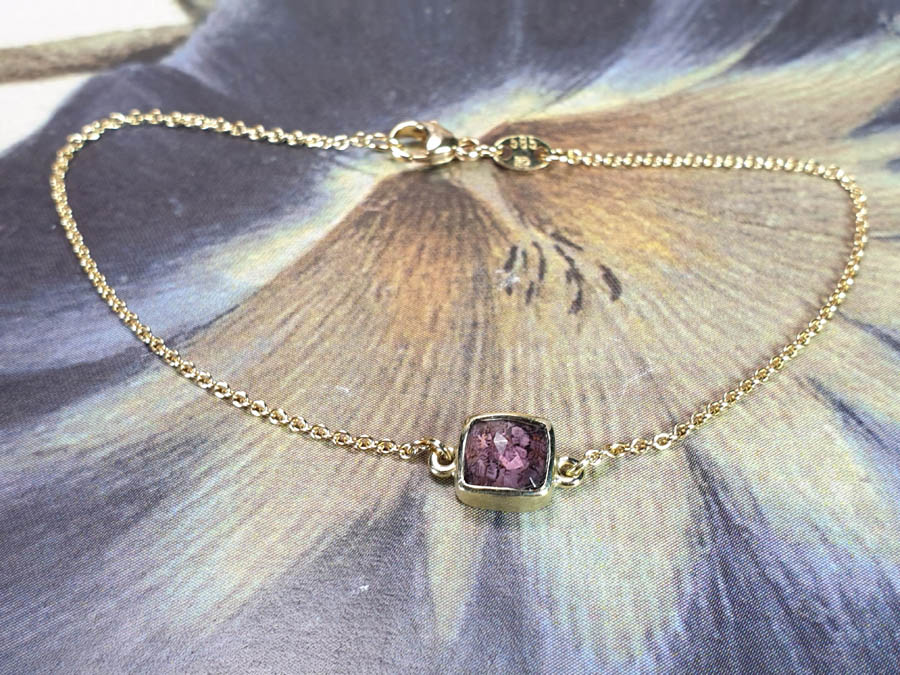 Armband Eenvoud paarse toermalijn met as eronder gezet. Bracelet Simplicity with purple tourmaline with ashes under the gesmstone. Oogst goudsmid Amsterdam. Assieraad. Gedenksieraad. Conmemorative jewel. Remembrance jewel.