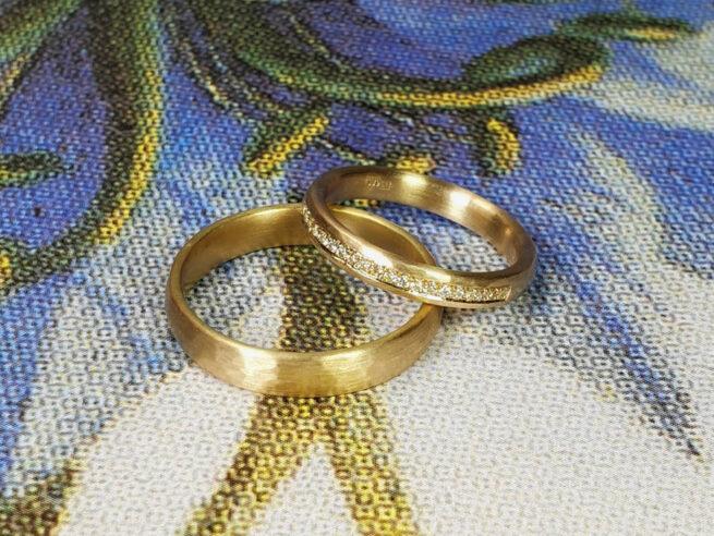 Trouwringen roségoud Eenvoud met rondom diamant pavé gezet. Wedding rings Simplicity and rhythm. Pavé set diamonds. Oogst goudsmid Amsterdam