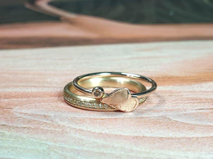 Ring Eenvoud diamant pavé en Ring besjes met blaadjes. Oogst goudsmid Amsterdam