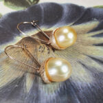 Oorsieraden 'Eik' roségouden eikendopjes met Zuidzee parels. Rosé gold earrings 'Oak'with golden South Sea pearls and acorns. Oogst Amsterdam goudsmid