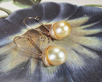 Oorsieraden 'Eik' roségouden eikendopjes met Zuidzee parels. Rosé gold earrings 'Oak'with golden South Sea pearls and acorns. Oogst Amsterdam goudsmid
