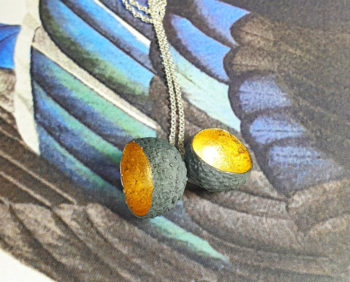 Hanger zilveren Eikendopjes met bladgoud. Silver pendant Acorn with gold leaf. Oogst goudsmid Amsterdam.