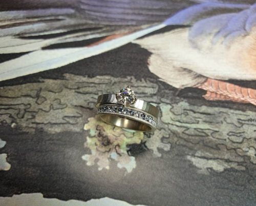 Witgouden Eternity aanschuifring met blauwe spinel en de Japonais verlovingsring. White gold eternity ring with blue spinel next to the Japonais engagement ring. Oogst Amsterdam