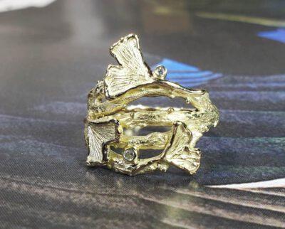 Geelgouden Ginkgo ring met diamanten. Yellow gold ring with diamonds. oogst goudsmid Amsterdam.