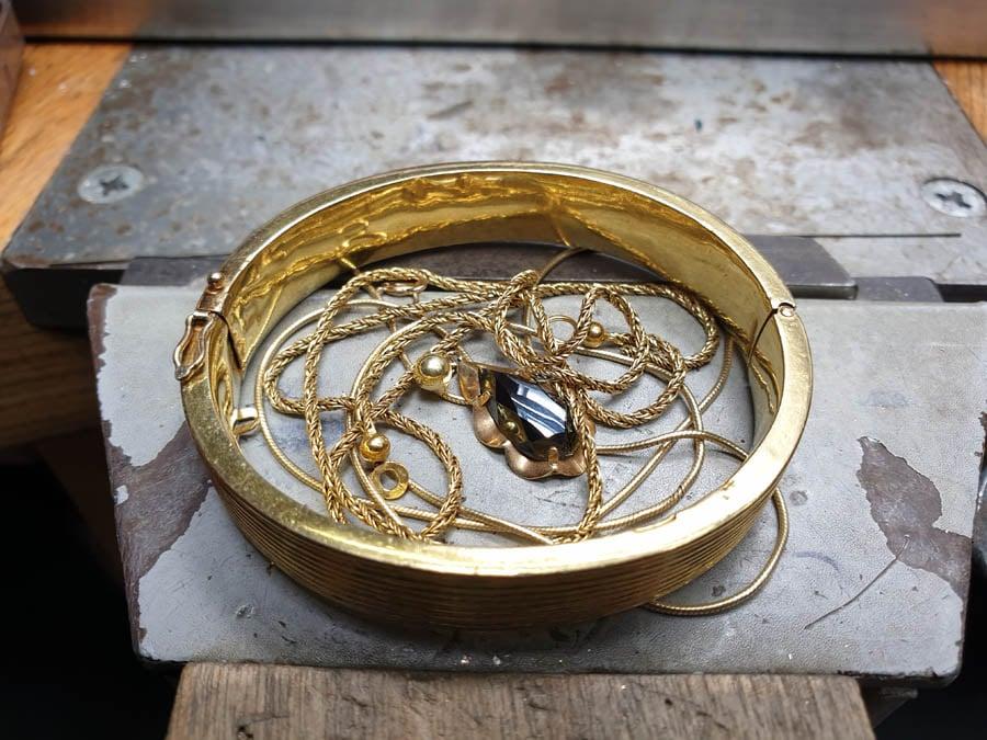 """Oud goud voor en na Armband 'Boomgaard' van eigen """"oud goud"""" en diamanten gemaakt. Bijzondere rinkelband. Maatwerk ontwerp uit het Oogst goudsmid atelier Amsterdam.. Bracelet made from heirloom gold and diamonds."""