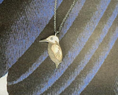 Hanger IJsvogeltje, witgoud en roodgoud met diamant. Maatwerk cadeau. Custom designed jewel. Pendant Kingfisher. Oogst goudsmid Amsterdam