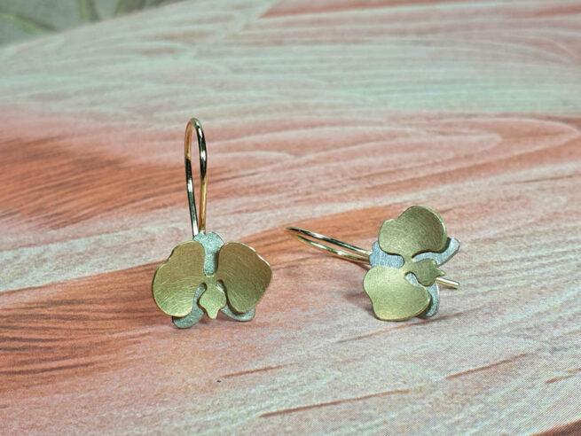 Orchidee oorsieraden in witgoud en geelgoud. Uit de 'In bloei' serie. Oogst goudsmid Amsterdam