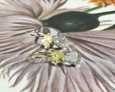 Geelgouden In bloei oorsieraden Vergeet me nietje prasioliet. yellow gold earrings in bloom. Oogst Amsterdam.