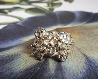 Ring In bloei van oud goud gemaakt. Ring In bloom made from heirloom gold. Oogst goudsmid Amsterdam