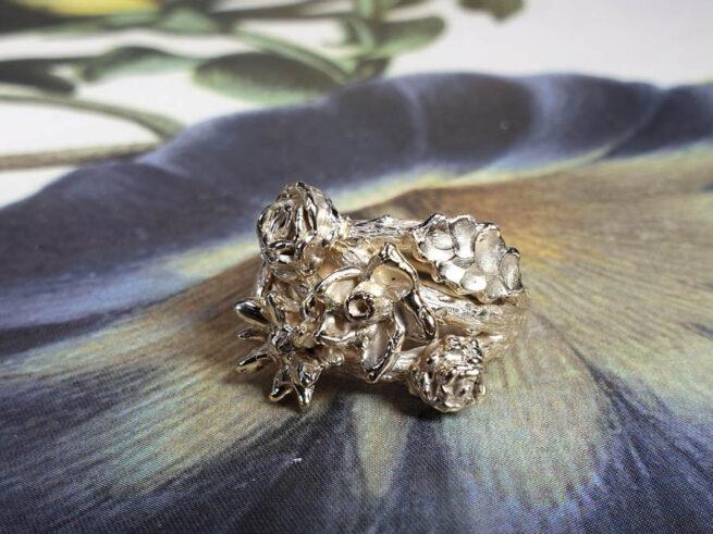 Ring In bloei van oud goud gemaakt. Ring In bloom made from heirloom gold. Oogst goudsmid Amsterdam