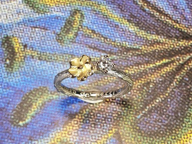 Witgouden verlovingsring Boomgaard met boterbloem en diamant. White gold engagement ring with buttercup and diamond. Oogst goudsmid Amsterdam. Blog alles over verlovingsringen.