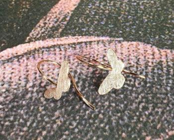 Bruidssieraad. Roodgouden oorsieraden vlinders. Passend bij haar trouwring. Maatwerk oorbellen uit het Oogst goudsmid atelier Amsterdam. Rose gold earrings Butterflies. Bridal jewellery. Oogst goldsmith Amsterdam