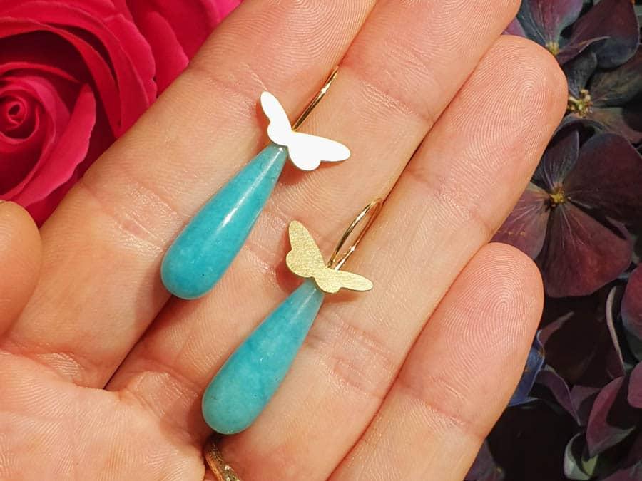 Oorsieraden 'Insecten' geelgouden vlindertjes met krul en amazoniet pampels. Yellow gold butterflies with amazonite drops. Insects. Oogst goudsmid Amsterdam.
