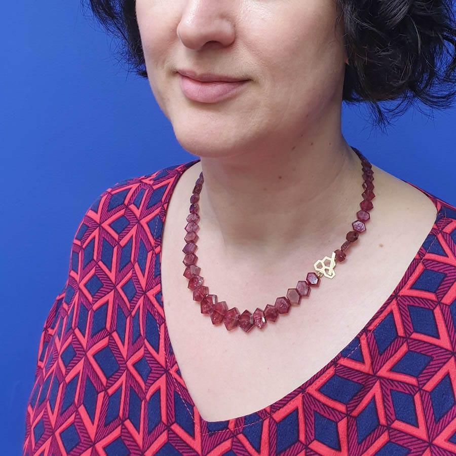 Toermalijn collier met geelgouden honingraat Lineair. Tourmaline necklace with a yellow gold honeycombe Lineair. Oogst goudsmid Amsterdam