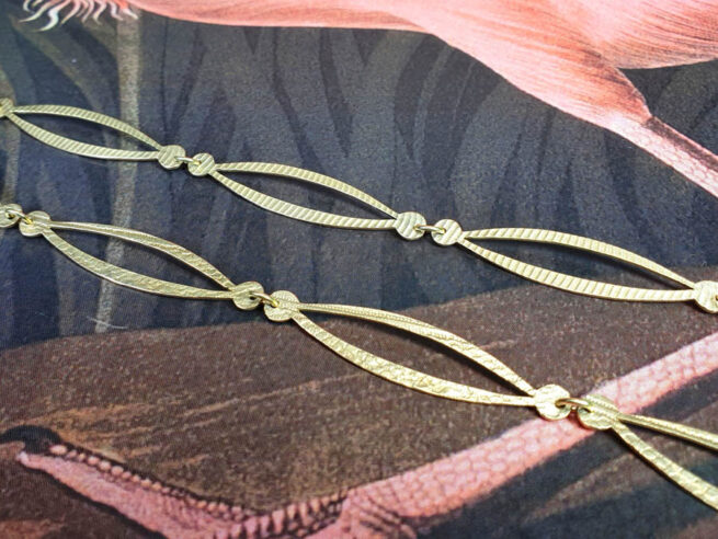 Geelgouden collier Lineair. Yellow gold necklace Lineair. Texture Structuur. Goudsmid Amsterdam Oogst