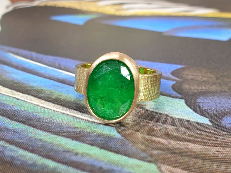 Ring Linnen met eigen smaragd. Ring Linen with own emerald. Gedenksieraad. Remembrance jewel. Oogst goudsmid Amsterdam.