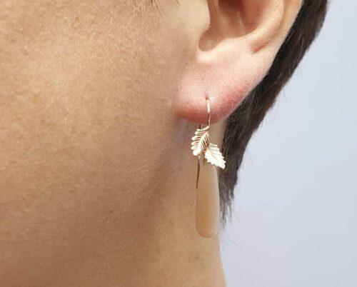 Roodgouden oorsieraden Blaadjes met roze maansteen. Rose gold earrings with pink moonstone. Oogst goudsmid Amsterdam.
