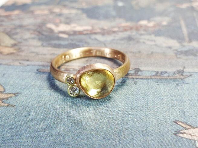Ring Ton sur ton, geelgoud met lichtgele saffier en een diamant. Ring ton sur ton, yellow gold with light yellow korund and a diamond. Oogst goudsmid Amsterdam