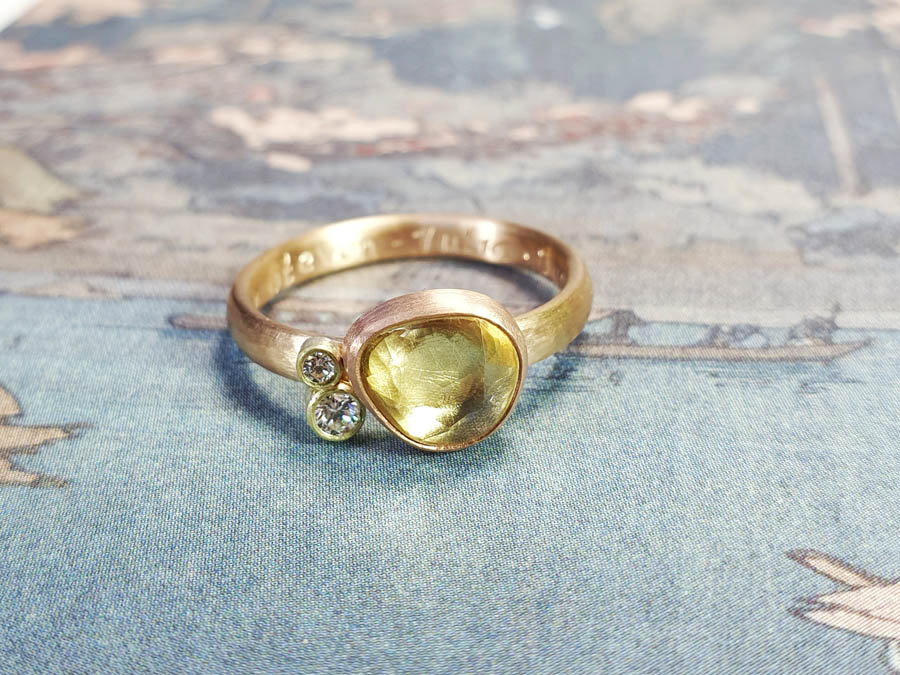Ring Ton sur ton, geelgoud met lichtgele saffier en een diamant. Ring ton sur ton, yellow gold with light yellow korund and a diamond. Oogst goudsmid Amsterdam