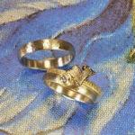 Trouwringen Ritme geelgouden en roségouden huwelijksringen met hamerslag Wedding rings Rhythm yellow gold and rose gold hammered rings Huwelijksringen. edelsmid. Goudsmid Amsterdam. Oogst