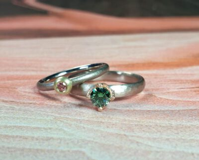 Witgouden ring Ritme met groene diamant. Witgouden ring roze diamant. White gold ring Rhythm with green diamond. White gold ring with pink diamond. oogst Amsterdam goudsmid. eet