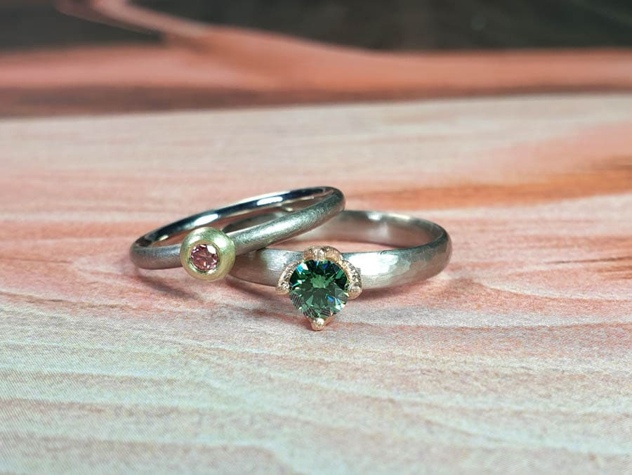 Witgouden ring Ritme met groene diamant. Witgouden ring roze diamant. White gold ring Rhythm with green diamond. White gold ring with pink diamond. oogst Amsterdam goudsmid. eet