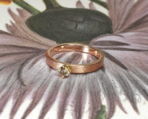 Roodgouden ring Ritme met bruine diamant. Rose gold ring with texture and brown diamond. Engagement ring. Verlovingsring. Oogst goudsmid Amsterdam