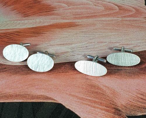 Zilveren manchetknopen met linnen stof patroon en met hamerslag, Silver cufflinks with linen pattern and hammering. Oogst goudsmid Amsterdam