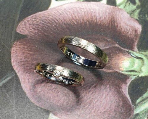 Wedding rings Rhythm, white gold bands with hammering. Oogst goldsmith Amsterdam