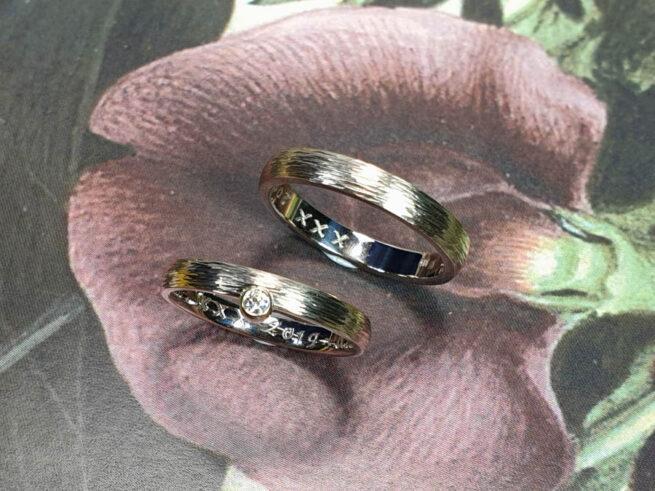 Trouwringen Ritme. Witgouden ringen met spitse hamerslag. Wedding rings Rhythm, white gold bands with hammering. Oogst Amsterdam