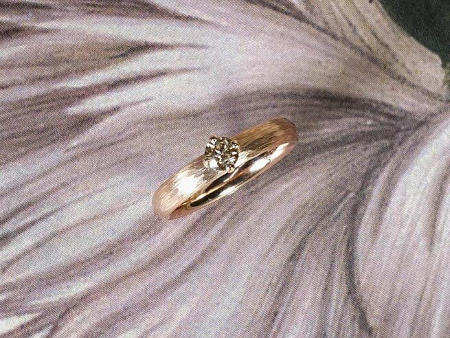 verlovingsring Ritme roodgoud met bruine diamant. Rose gold engagement ring with a light brown diamond. Oogst goudsmid Amsterdam.