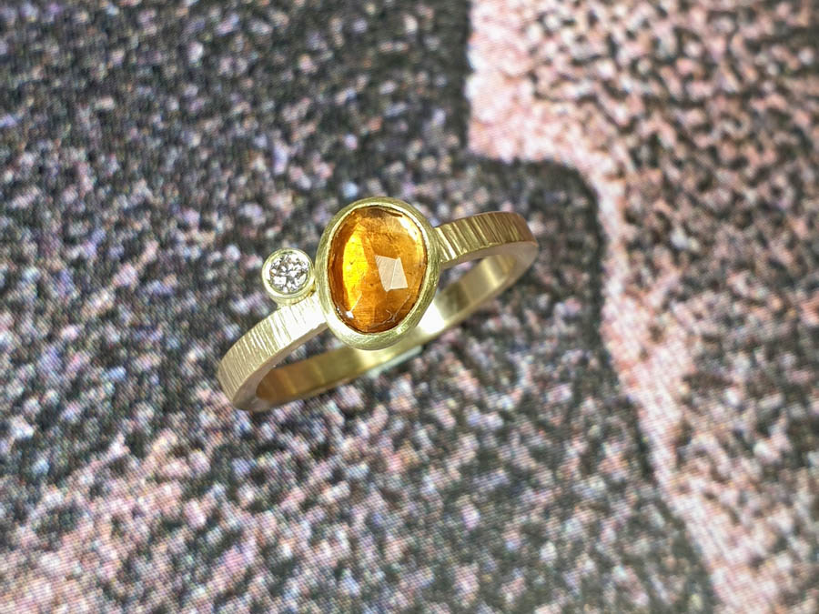 Verlovingsring Ton sur ton oranje toermalijn en diamant. Yellow gold engagement ring orange tourmaline and diamond. Oogst goudsmid Amsterdam