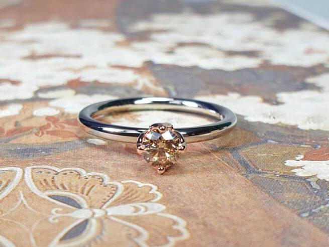 Verlovingsring Eenvoud witgoud met diamant light brown. Engagement ring Simplicity White gold Diamond. Oogst goudsmid Amsterdam