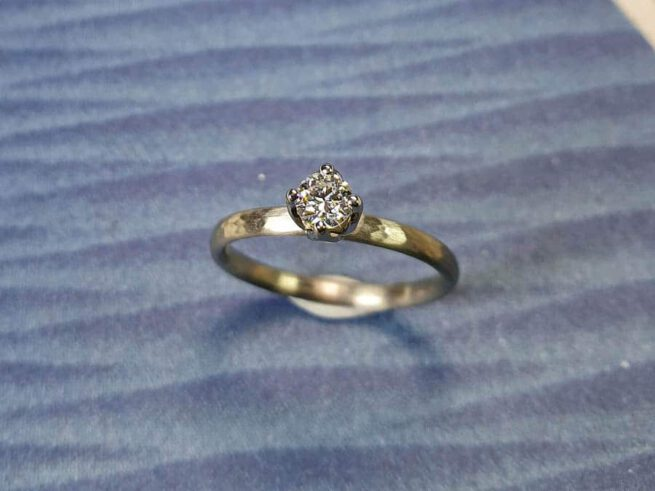 Verlovingsring Ritme geelgoud hamerslag diamant cape. Yellow gold engagement ring Rhythm. Oogst goudsmid Amsterdam