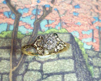 """Ring 'Blaadjes' van eigen """"oud goud"""" en diamanten gemaakt. Maatwerk ontwerp uit het Oogst goudsmid atelier Amsterdam.. Ring Leafs made from heirloom gold and diamonds."""