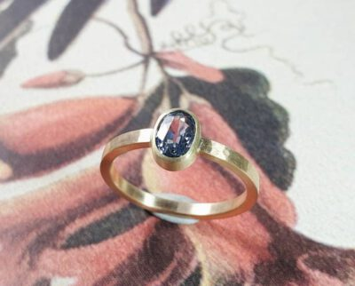 Verlovingsring Ritme geelgoud met saffier. Engagement ring Rhythm yellow gold with sapphire. Oogst goudsmid Amsterdam
