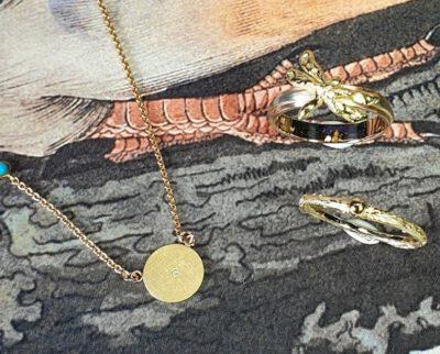 Libelle hanger met eigen olivijn. Pendant dragonfly with own gemstone. Design by Oogst Amsterdam.