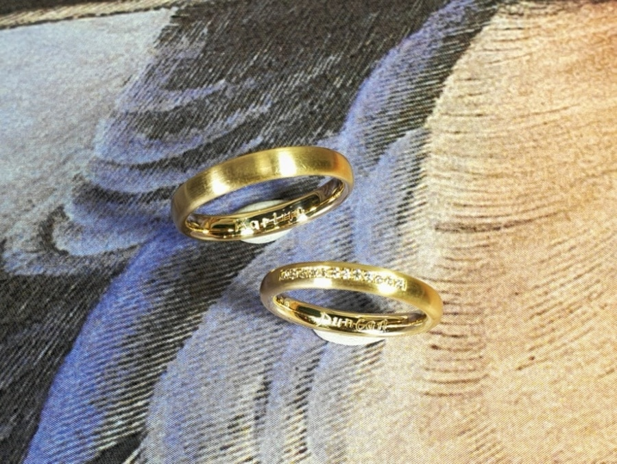 Trouwringen eenvoud. Geelgoud met diamanten pavé gezet. Wedding rings Simplicity. Yellow gold with diamonds pavé set. Design by Oogst. Goudsmid Amsterdam
